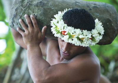 Porteur de pierre - Rurutu ©Gie Tahiti Tourisme