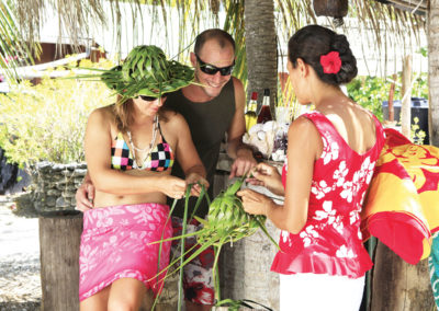 Tressage en pension de famille © Tahiti Tourisme
