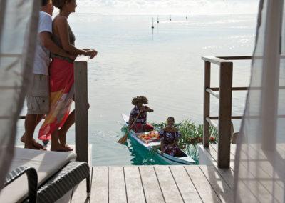 Petit déjeuner en pirogue © Intercontinental Moorea Resort & Spa