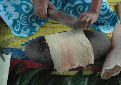 Fabrication du Tapa - Fatu Hiva - Iles des Marquises © Tahiti Tourisme